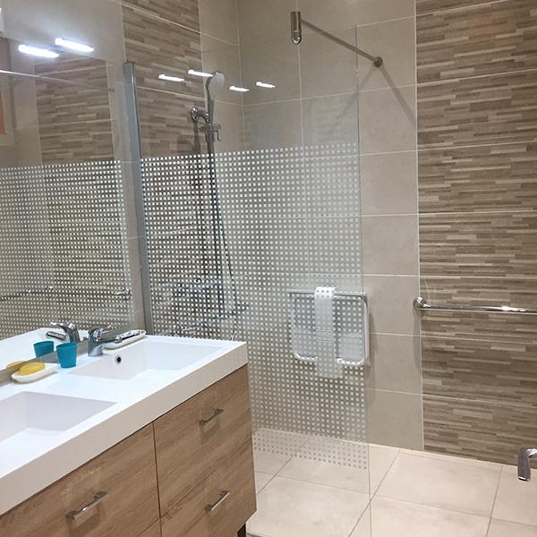 Pose du carrelage dans une salle de bain