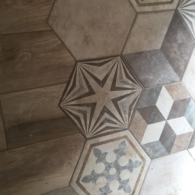 Pose d'un carrelage imitation parquet et carreaux hexagonaux Tendance réalisé par BOSSARD à Moncoutant