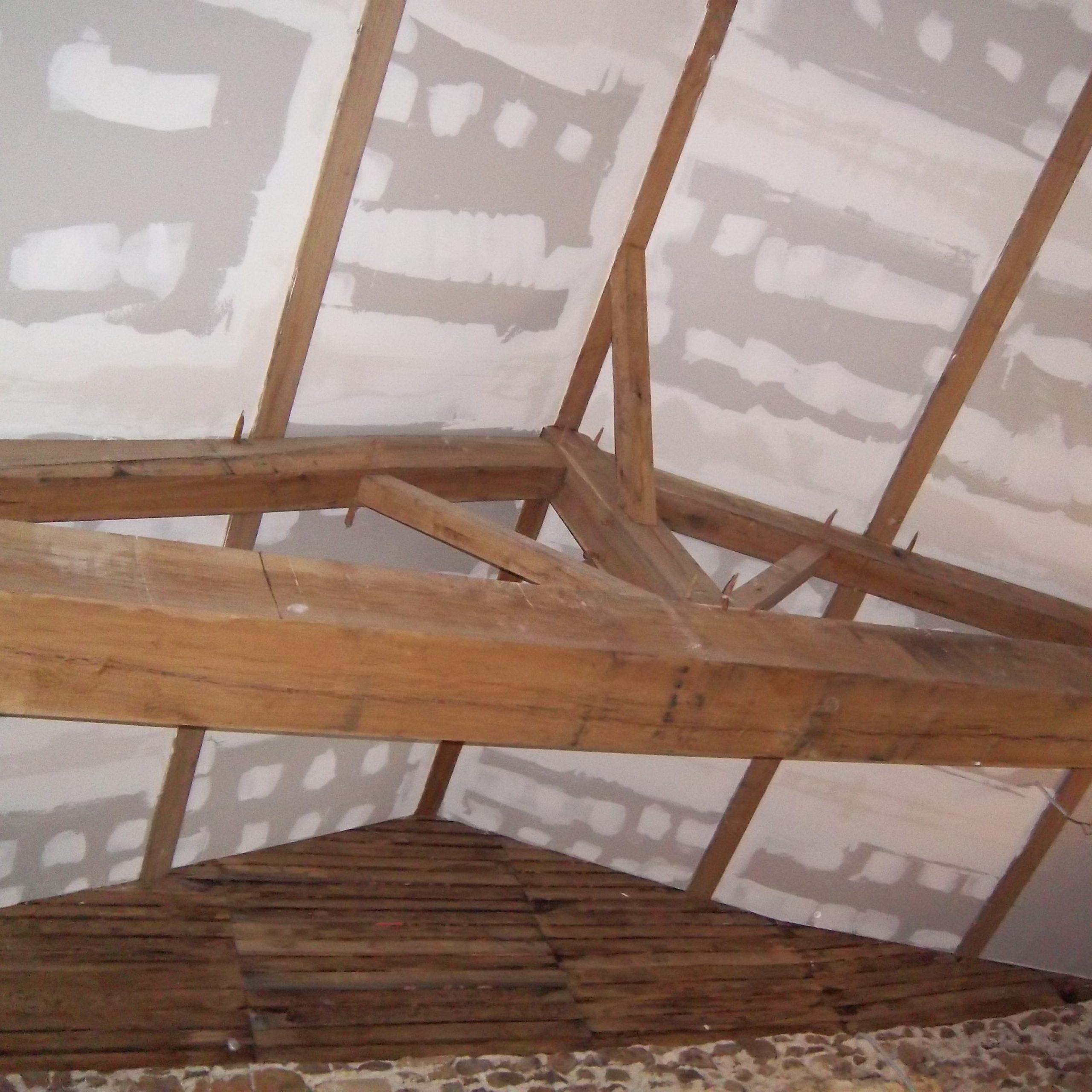 Rénovation d'un longère en placo, cloisons sèches avec plafond rampant et charpente apparente. BOSSARD travaille la cloison sèche, le placo, les cloisons sèches en mur, plafonds et rampants, en rénovation ou en neuf BOSSARD à MONCOUTANT