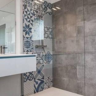 Pose de faïence imitation Carreaux de ciment dans une douche moderne à Cerizay